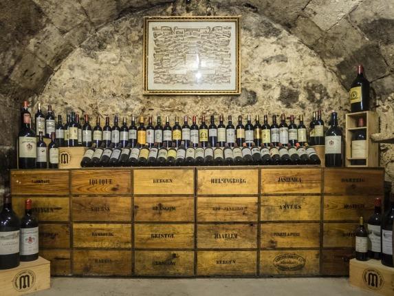 Exposición de vinos en una bodega